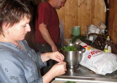 dernière étape avant l'arrivée de nos invités, la préparation du Célèbre MOJITO à Fanny aidée ici par Anne-Sylvie et Romain